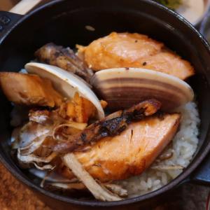 これは、spectacle♪「松茸と秋鮭&はまぐり、イクラのストーブごはん」 あさり出汁と、5種の薬味が付いて… 秋の情趣を満喫! 高円寺・酒場ニホレモ