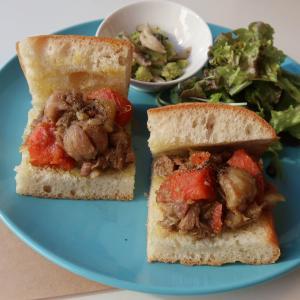 スローモーションで身体中に染み渡るような煮込みならではの展開の妙♪「豚と栗、金時人参のりんご煮込みのサンドイッチ」西荻窪・3&1 Sandwich トレ エ ウーノ