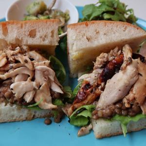しっとりジューシーなローストチキンの清らかな香り! レンズ豆の福々しい滋味♪ 「ローストチキンとレンズ豆のサンドイッチ」 西荻窪・3&1 Sandwich トレ エ ウーノ