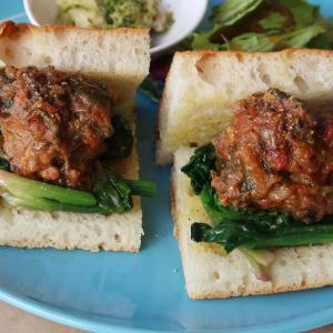 肉肉しさと切なさ、ガツンと胸に響いた♪「ミートボールの煮込みと縮みほうれん草のソテーのサンドイッチ」 西荻窪・3&1 Sandwich トレ エ ウーノ