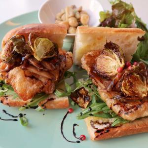 ごぼうのバルサミコソテーがコリコリッと…冬の元気が弾けます♪「チキンフリットと芽キャベツ、ゴボウのバルサミコソテーのサンドイッチ」 西荻窪・3&1 Sandwich トレ エ ウーノ