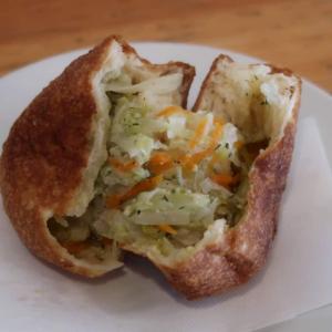 「野菜ピロシキ」は、小麦のおおらかな旨味と香ばしさ!野菜の甘みとバターのロマンチックな香りとが溶け合い…小さな宇宙に包み込まれるよう♪東中野 コ・トゥ・タモ・ペヴァ
