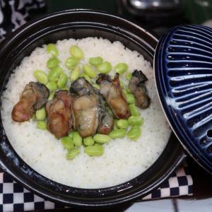 """「牡蠣のミルフィーユ蒸しと枝豆の土鍋ごはん」は、""""ピラフのコク""""と、 """"土鍋ご飯特有の、ふっくら感""""の良い所取り♪ 中野・お食事処 万作"""