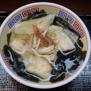 「海老雲呑スープ」は、しじみとがごめ昆布で出汁をとり。エビがプルッ♪ ワカメがシコシコッと、磯の香り! 中野・お食事処 万作