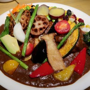 エッジの効いたスパイス感が弾ける濃厚カレーに、10数種の野菜がテンコ盛り♪ 一度として、同じ表情を繰り返さない…「ピピカレー」 中野・トリコカレー