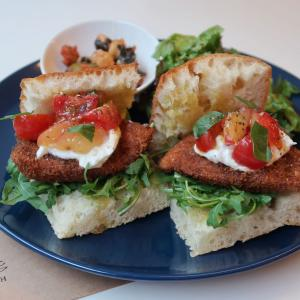 稀少モッツァレラとスモモが、チキンカツに初夏ならではの表情♪ こんなイタリアンなサンドイッチ、他所で食べる事ができますか? 西荻窪・3&1Sandwichトレエウーノ