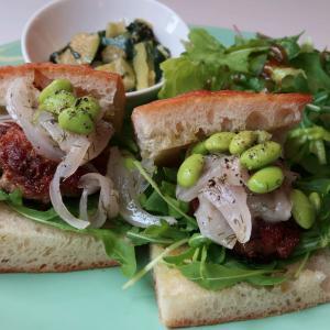 ジュワッと肉汁溢れ出るサルシッチャ!フェンネルと玉ねぎと、様々な隠し味が、 ガップリと手を組んだ傑作サンド♪  西荻窪・3&1 Sandwich トレ エ ウーノ