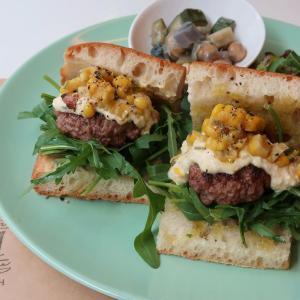 自然農園ならではの、トウモロコシは・・・ 輝くような存在感♪「ハンバーグとトウモロコシのバターソテーのサンドイッチ」 西荻窪・3&1Sandwichトレエウーノ