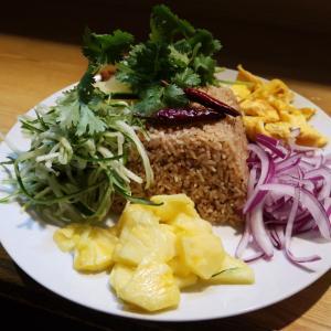 「野菜たっぷり スパイスごはん」は、攻めてくる!攻めてくる♪辛いだけじゃなく、甘酸っぱさとの融合が、タイ料理の醍醐味ですよね? 東中野・ロムアロイ