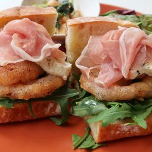 全てを計算し尽くし、チーズクリームがロマンチック♪「生ハムとオニオンフライ、2種のチーズのサンドイッチ」西荻窪・3&1Sandwichトレエウーノ