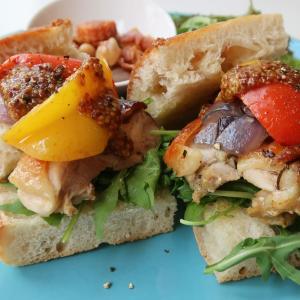 オレンジピールが狂おしい程にキュートな香り♪チキンの清らかな旨味に夏らしい艶めき!西荻窪・3&1Sandwichトレエウーノの「今週のサンドイッチ」