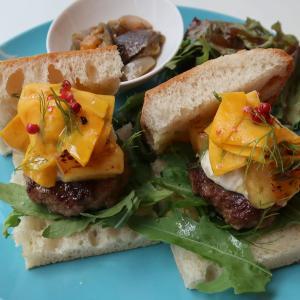 夏のスペシャルサンド♪「ハンバーグ、コリンキー、焼きパイナップル、ペッパーチーズのサンドイッチ」オススメです!西荻窪・3&1Sandwichトレエウーノ