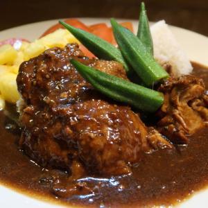 コラーゲンに包まれた黒光りする魔法が、ジワジワッと攻めてくる「Khao Na Gai」選りすぐりの1品です♪ 東中野・生ハーブに拘るタイ料理店 ロムアロイ