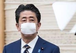 安倍首相がただ一人、つけ続ける国民に配る小さなマスク。