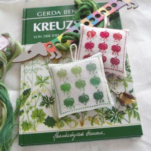 緑の花糸、ピンクッション