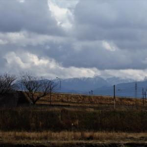 曇りの日は雲の隙間からわずかに立山・・・富山市水橋