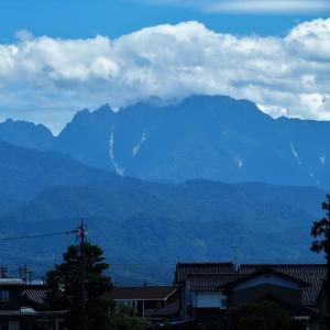 昨日、夏空に立山連峰が黒々と屏風のように連なった・・・富山市水橋