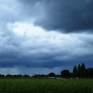 西から雨雲が迫っています・・・富山市水橋