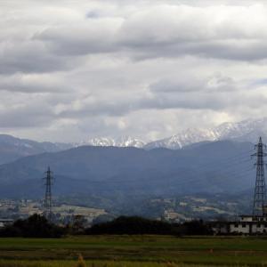 昨日午後には山に雲はかかっているものの、積雪が見やすくなりました・・・富山市水橋