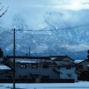 雲に紛れながら見える立山連峰の峰々・・・富山市水橋