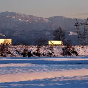 晴れた日の夕刻、日が落ちていって立山の高峰だけに光射す(2)・・・上市町