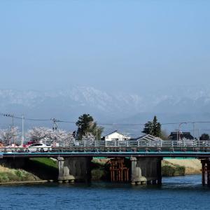 白岩川を少し上流へ、黄砂が漂うため立山はぼんやりとしか見えない・・・富山市水橋