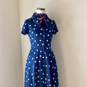 ネイビーブルーが爽やかな、水玉模様のシャツドレスが完成。