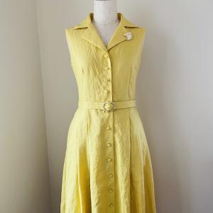 神戸の街を颯爽と歩きたい、イエローのシャツドレス。