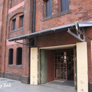 赤レンガ倉庫と調理風景