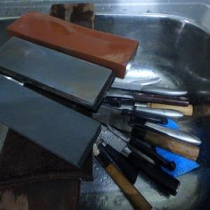 そんなに包丁持ってどうすんの。包丁を25本研ぐ。銀串も作った。5徳ナイフも研いだ。あんかけの研ぎ次郎。
