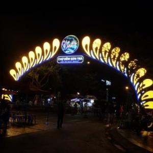 NO4:ベトナム・ダナン:夜店露店を歩いてみた。舗道でびっくり。グワッとドラゴンに出会う。