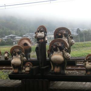 中国の観光客が多いので立ったままの列車