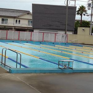 秋がきたような競泳プール