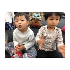 積極的に先生の前へ座ってくれます☆走り回ってる子達も集中する「仕掛け」があります☆仙台親子音楽♪