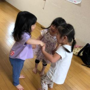 多賀城市 親子リトミック☆5月も後半レッスンに突入!女の子たちの輪の中に入れてもらいました~♪