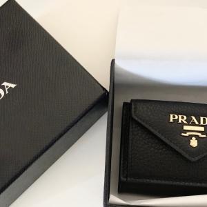 【ブランドミニ財布を徹底レビュー!】PRADA(プラダ)三つ折り「ミニ財布」の使い心地は?