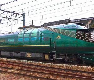 綾部駅を通過するトワイライトエクスプレス瑞風とゆっくり並走しながら撮影する