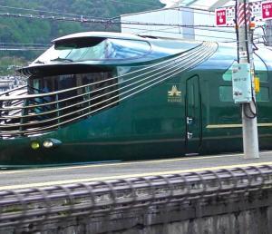 綾部駅を通過するトワイライトエクスプレス瑞風とゆっくり並走しながら撮影する(その2)