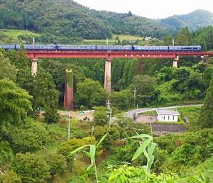 久しぶりの6輌フル編成で質美川橋りょうを渡る京都丹後鉄道(丹鉄)の丹後の海と7輌編成の287系電車