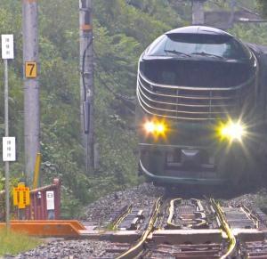 下山駅で特急列車と行き違いのために運転停車をするトワイライトエクスプレス瑞風