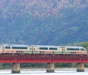 久しぶりに運行されたタンゴエクスプローラーが由良川橋りょうを渡りました