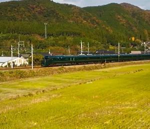 山家駅で2本の列車を待ち合わせて21分間も運転停車するトワイライトエクスプレス瑞風