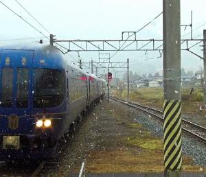 降りしきる降りしきる雪の中でJR線区を駆け抜ける丹後の海(KTR8000形)