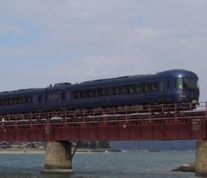 丹後の海が日中の時間帯に由良川橋りょうを渡る