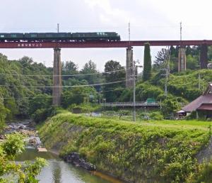 高屋川橋りょうを渡るトワイライトエクスプレス瑞風