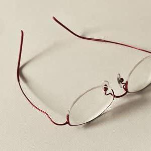 新しいメガネは重かった