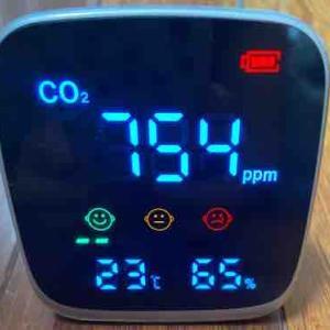 【二酸化炭素濃度測定器】を購入してみました。ただいま色々実験中で~~す。