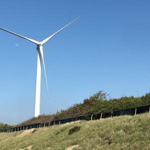 北九州・風力発電機の並ぶ海岸