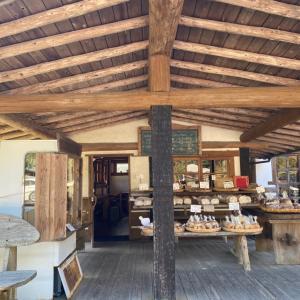 屋根に花壇のあるパン屋
