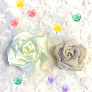 リボンでバラの花を……。